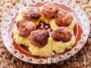 Рецепта Пържени кюфтета по цариградски върху картофено пюре